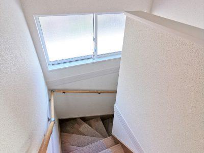 大きな窓付きで明るく換気もしっかりとできる階段です。(内装)