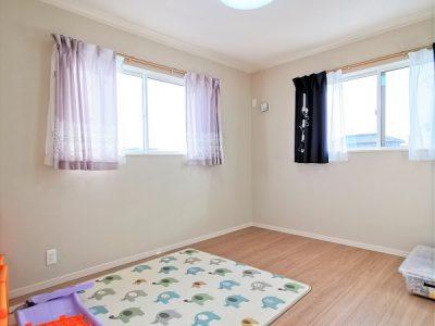 南・東に窓のある陽当り良好な6帖洋室!ウォークインクロゼット完備で、収納の多いご家族にもピッタリ!(子供部屋)