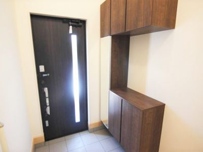 玄関ドアは防犯対策の2重ロック構造です!玄関収納はミラー付きで、身支度チェックも欠かしません♪(玄関)