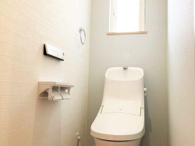 床・壁のデザインにこだわった癒しのトイレ空間です!1階・2階に洗浄機能付きトイレを設けています。(内装)
