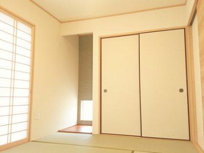 和室の扉を開けると広がる畳の香りと、モダンな雰囲気のデザインが魅力の和室です。(内装)