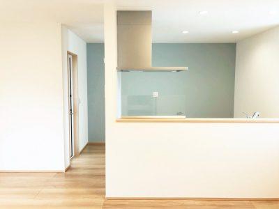 水色のアクセントクロスを取り入れた、明るく開放感のあるキッチンです♪ (キッチン)