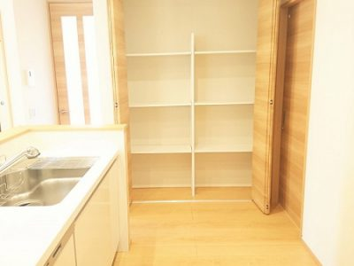 キッチン横のパントリーは食材から調理器具までたっぷり収納できます♪(キッチン)