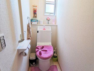 1Fトイレ/温水洗浄機能付き便座です。(内装)