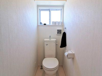 スッキリと白で統一された、清潔感のあるトイレ空間です。(内装)
