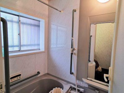 ユニットバス。綺麗な浴室、シャワー付き。(風呂)