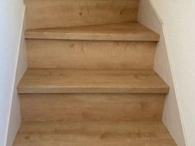 木の温もりを感じられる階段(内装)