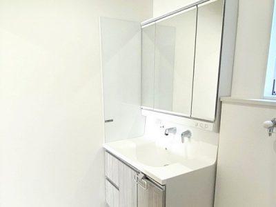 洗髪洗面化粧台/3面鏡タイプの裏や下部扉内にたっぷりと収納ができます