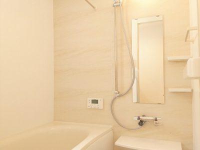 一面がアクセントパネル仕様のユニットバスです。浴室は半身浴にもオススメのベンチ浴槽。エコにもなります(風呂)