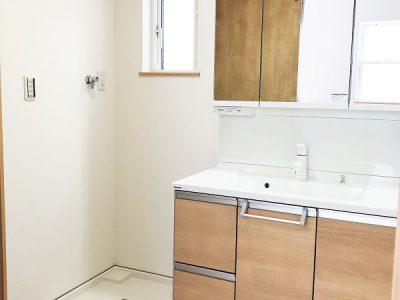 3面鏡・たっぷり収納のついた洗面化粧台です。お手入れのしやすい設計も魅力♪(内装)