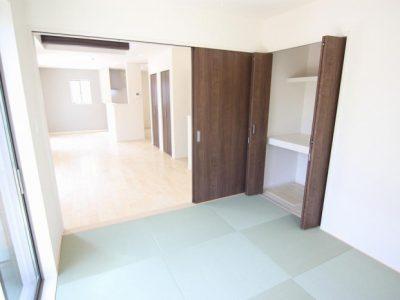 おしゃれな琉球畳を使用。LDKと続きになっており、開放感のある空間です。(内装)