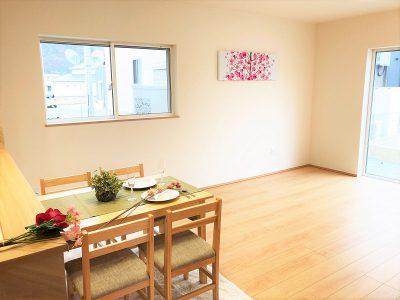 カウンターキッチンの壁紙がアクセントのナチュラルなLDK空間です。(居間)