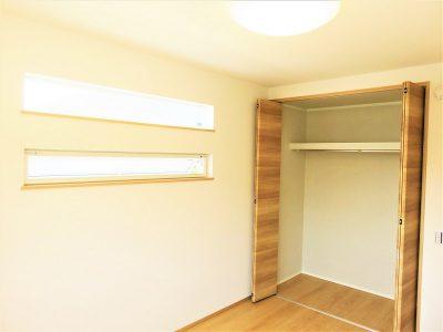 白い壁紙と木調の床や建具。ナチュラルでシンプルなお部屋。(内装)