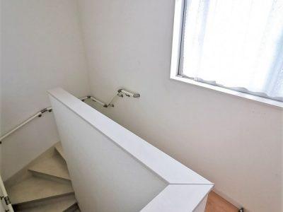 階段にも開閉出来る大きな窓があります。家中の空気の循環もバッチリです!(内装)