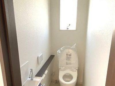 温水洗浄機能付きトイレ/収納付き手洗いがございます