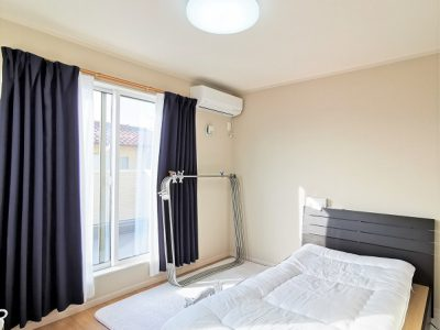 エアコン付きの寝室です♪寝室から出入りできるワイドバルコニーには物干しも付いています!(寝室)