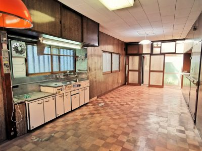 キッチン周辺には豊富な収納スペースがございます。(キッチン)