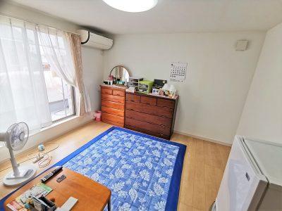 広々8帖の主寝室です。バルコニーへ出入り可能な大きな窓がついており、陽当たり良好です。(寝室)
