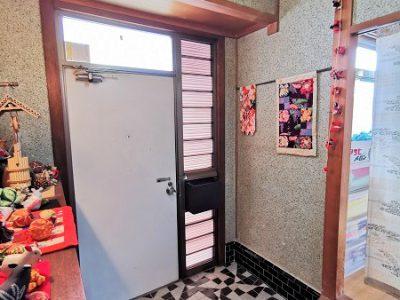 玄関の床が個性的。玄関ドアにポストがあります。(玄関)