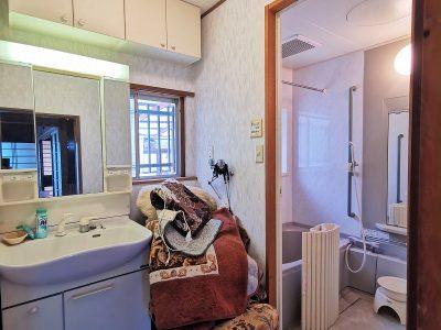 洗面台の上には壁付けの収納棚があります!(内装)